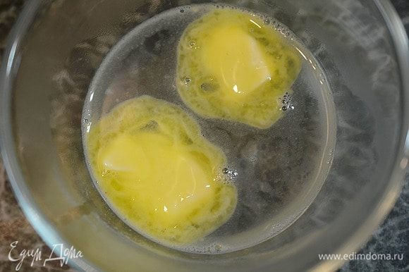 Сливочно масло заливаем 1 стаканом кипятка.