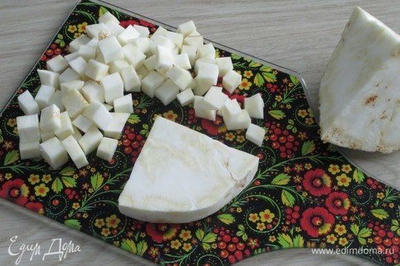 Свежий корень сельдерея очистите от кожуры и нарежьте примерно таким же кубиком, как и остальные ингредиенты.