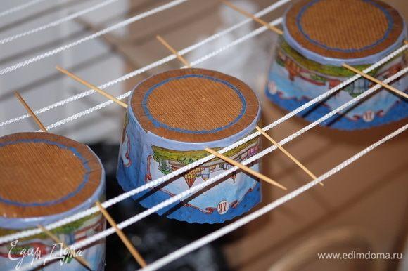 Заранее разогреть духовку до 180°С. Выпекать панеттоне при 180°С 20 минут, затем температуру перевести на 160°С и допекать примерно 30–35 минут. Верх кекса должен стать уверенно коричневым. Готовые кексы вытащить из духовки и сразу же подвесить за шпажки вверх ногами до полного остывания.