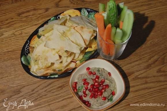 Разложить нарезанные овощи в прозрачные бокалы и подавать с баклажанной пастой и чипсами из питы.