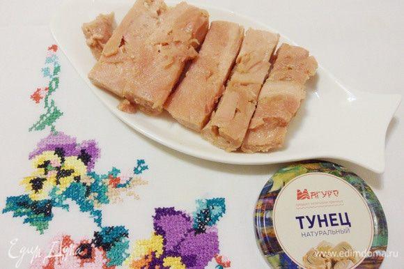 Брусочки филе тунца достойного вида и веса. Цвет филе нежно-розовый. Запах приятный, рыбный, натуральный, невыраженный. Консистенция более плотная, чем у обычных консервов. Вкус нежный, сравним со вкусом диетического мяса.