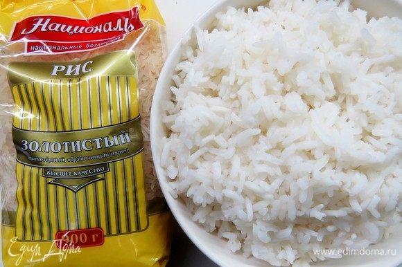 Первым делом для нашего рулета нужно отварить рис Золотистый ТМ «Националь». Промываем рис несколько раз в холодной воде и варим согласно инструкции на упаковке примерно 20–25 минут. Готовому рису даем остыть.