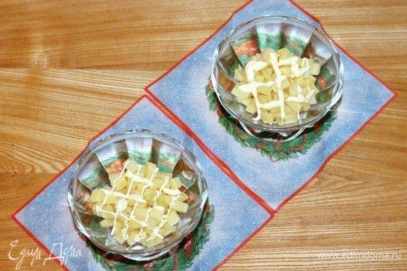 Выкладываем салат в креманки слоями. Каждый слой, кроме рыбы, солим по вкусу. Первый слой — картофель+майонез.