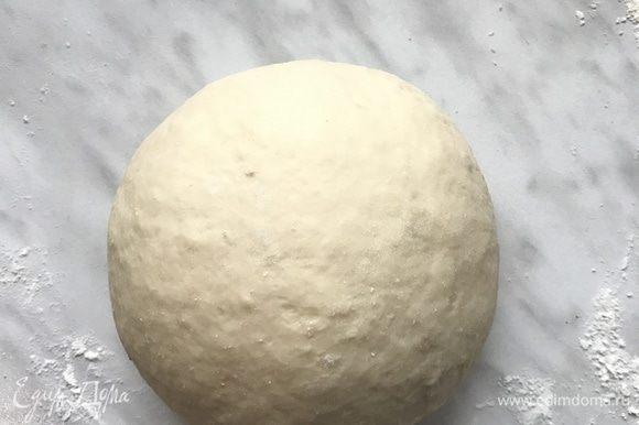 Вымешивайте тесто 5–7 минут, сформировать шар. Выложить на тарелку, накрыть мокрым полотенцем и убрать в холодильник на 30 минут.