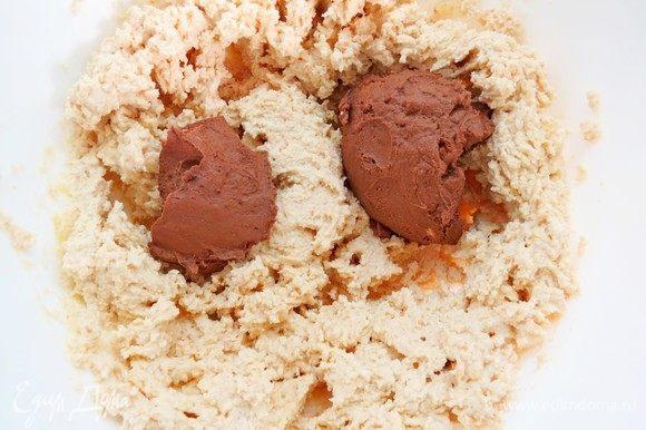 В самом конце, не прекращая взбивания, также частями ввести шоколадный крем, взбить до однородности на низкой скорости миксера.