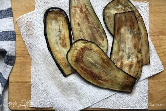 Разогрейте сковороду с маслом и обжарьте баклажаны с двух сторон до готовности. Выложите на бумажное полотенце, чтоб ушло лишнее масло.