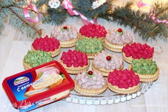 Селедочно-брусничную закуску украшаем брусникой. Свекольную закуску можно украсить дроблеными орешками.