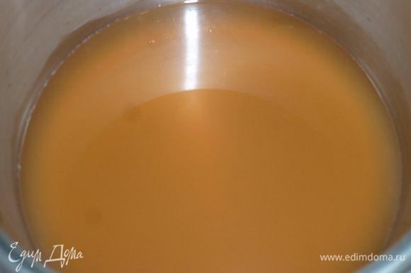 В кастрюлю налить яблочный сок, поставить на средний огонь и довести до кипения.