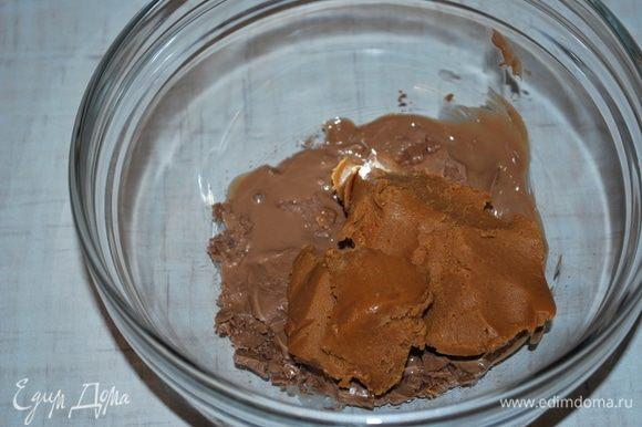 Сделаем хрустящий слой. Растопить молочный шоколад (50 г) в микроволновке, соединить растопленный шоколад с арахисовой пастой (40 г), перемешать.