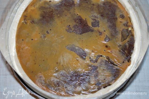 4 слой — «утопить» нижний корж с карамелью (его предварительно достать из морозильной камеры), чтобы слой карамели с орехами остался внизу. Выровнять дно у торта и убрать торт в морозильную камеру для застывания.