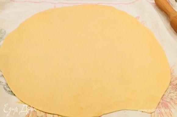 Достаем полотенце х/б, посыпаем мукой и раскатываем тесто довольно тонко, но без фанатизма (иначе яблоки прорвут тесто и сок будет вытекать), смазываем сливочным маслом (но не всем).