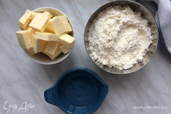 Для теста соедините в большой миске муку и соль.