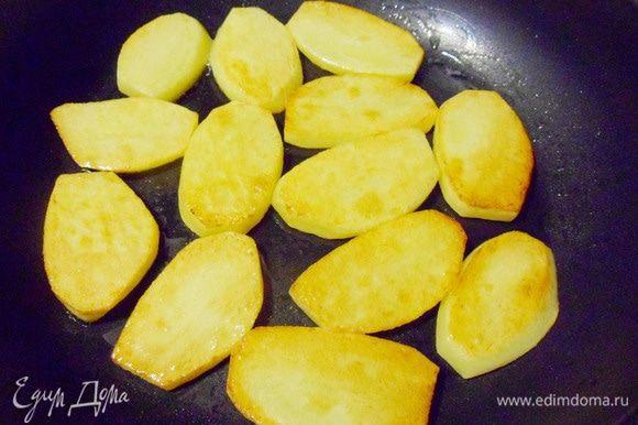 Картофель вымыть, очистить, нарезать кружочками и поджарить на сковороде на растительном масле.