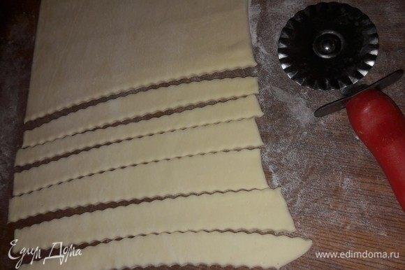 Далее второй пласт теста раскатать и разрезать на полоски для коврика.