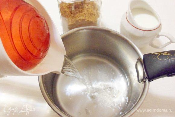 Начинаем варить какао с согревающими специями. В небольшой сотейник с толстым дном налить мягкой фильтрованной воды.