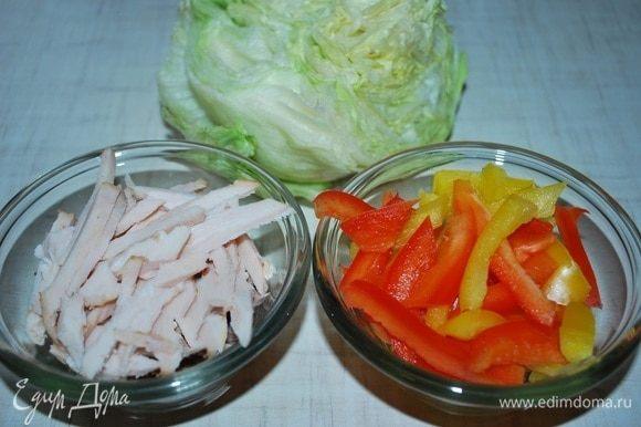 Нарезать куриную грудку, болгарский перец и салат айсберг, все вместе перемешать, посолить и поперчить по вкусу.