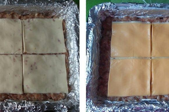 На слой фарша выкладываем ломтики сыра. Затем следующий слой из другого сыра. Но можете использовать 1 вид сыра, просто увеличить количество слоев.