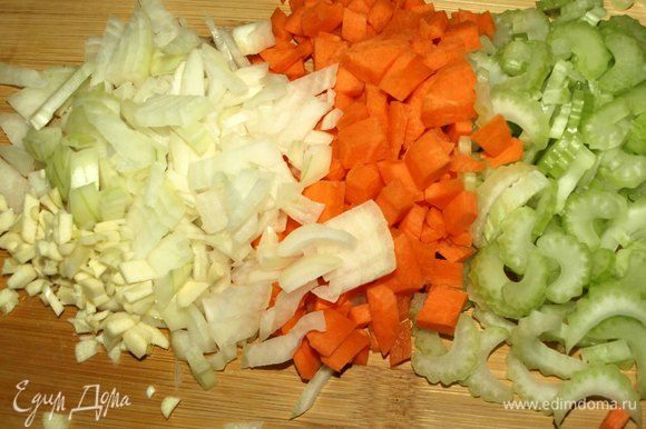 Куриную печень предварительно очистить от пленок, желчи. Нарезать кусочками и залить холодной водой на 10 минут. Слить воду с печени. Печень хорошо промыть и дать стечь лишней жидкости. Чеснок, морковь, лук очистить и мелко нашинковать. Сельдерей мелко нарезать. Помидоры в собственном соку очистить от кожуры и нарезать.