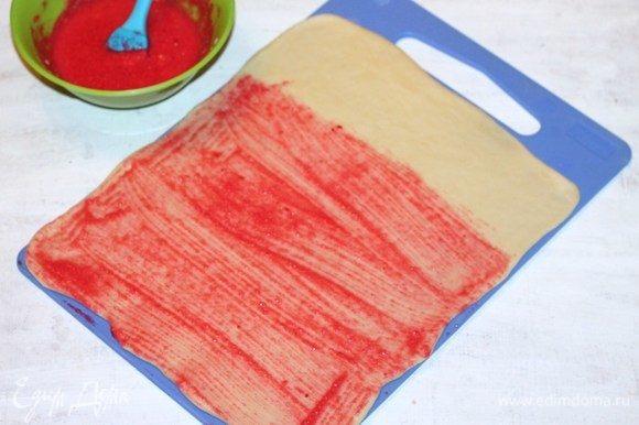 Раскатываем каждую часть теста в пласт 25*30 см, толщиной 0,5 см. Смазываем 2/3 части пласта начинкой.