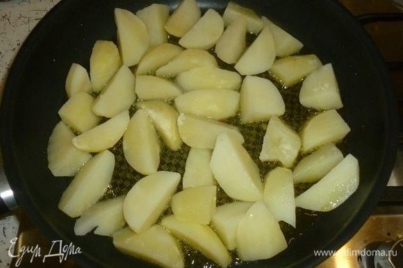 В большой сковороде разогреть масло. Уровень масла должен быть хороший, до 0,5 см. Выложить картофель. Жарить, помешивая, до золотистой корочки.