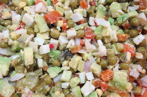 Для заправки в майонез добавить немного васаби по вкусу. Если не любите васаби, этот шаг можно опустить. Заправить салат, посолить по вкусу.