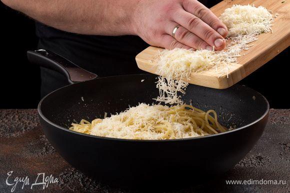 Все хорошо перемешайте и тушите 3 минуты на медленном огне. Перед подачей посыпьте пасту оставшимся сыром.