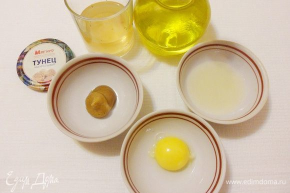 Для приготовления домашнего майонеза понадобятся: желток, рафинированное подсолнечное масло, горчица, лимонный сок и щепотка соли.