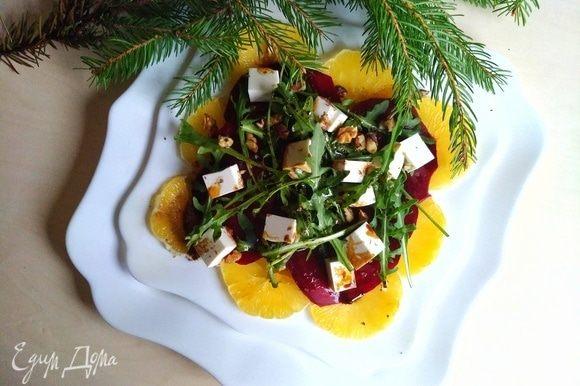 Сверху посыпаем дроблеными грецкими орехами. Вот и готов наш салат. Можно отправляться в гастрономическое путешествие. Салат получается очень легким и вкусным. Волшебного и вкусного Нового года!