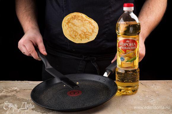 Хорошо разогрейте сковороду, смажьте ее перед первым панкейком. А далее выпекайте на сухой сковороде по 1–2 минуты с каждой стороны.