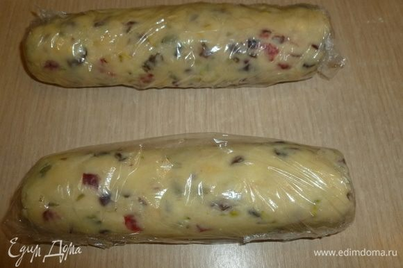 Разделить тесто на 2 части. Скатать каждую в цилиндр диаметром 4 см. Завернуть в пленку и убрать в холодильник на 2 ч.