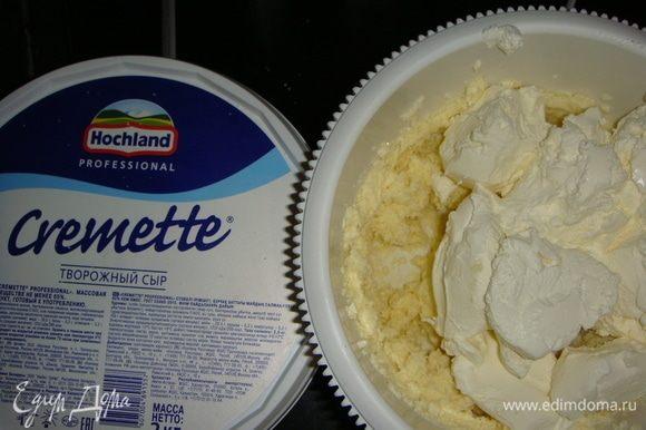 Добавить творожный сыр и взбивать еще в течение 7-ми минут. В крем добавить краситель и перемешать. Выложить крем в кондитерский мешок с плоской насадкой. Выкладывать крем «елочкой» и украсить кондитерской посыпкой.