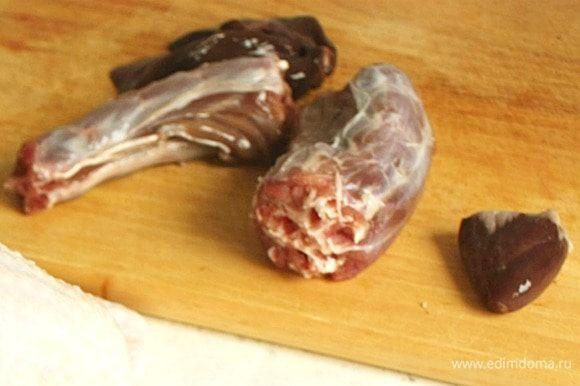 Из вложенных внутрь тушки индейки шеи, сердца и желудка сварить бульон. Печень в бульон не добавлять, иначе он станет горьким. Сложить субпродукты в маленькую кастрюлю, добавить 1 литр воды и довести до кипения на среднем огне. Снять пену, добавить остальные ингредиенты и варить на маленьком огне 1,5-2 часа. За 10 минут до окончания варки посолить и положить лавровый лист. Жидкость должна уменьшится на 1/4.