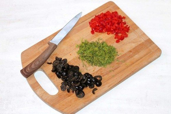 Нарезаем мелко: очищенный от семян сладкий перец, маслины и зелень укропа.