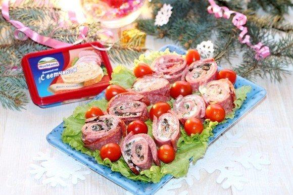 Застилаем сервировочное блюдо листьями зеленого салата, выкладываем закуску и украшаем помидорами черри. Приятного аппетита!