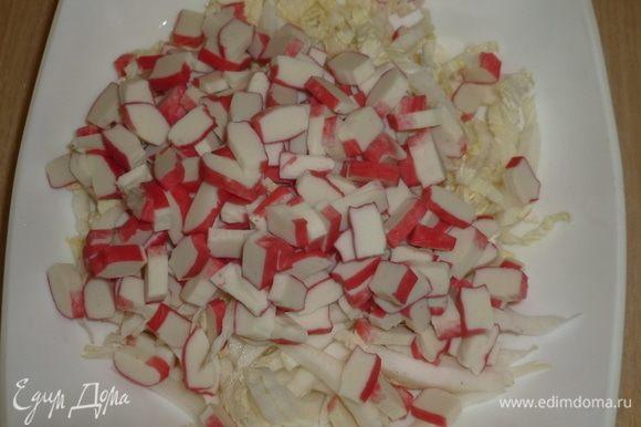 Крабовые палочки нарезать кубиками. Лучше не сильно мельчить, чтобы чувствовались в салате.
