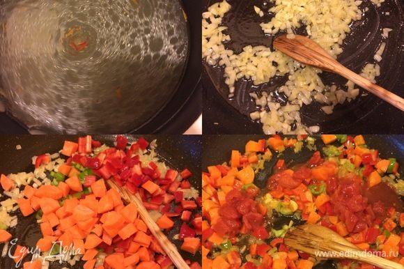 Для паэльи на понадобится ароматный рыбный бульон. В горячий бульон добавить шафран и дать постоять 10-15 минут. В сковороде с толстым дном разогреть масло, добавить лук, чеснок и потушить 3-5 минут. Спустя 5 минут добавить: морковь, перец зеленый, красный и тушить еще 5 минут. Затем добавить помидоры (кусочками), вино и потушить пару минут.