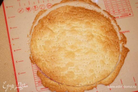 Стальным кольцом (или проще — тарелкой и ножом) вырезать круг диаметром 18 см.