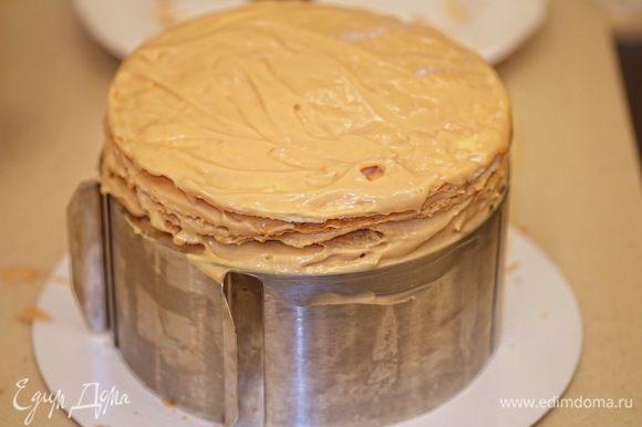 Таким образом смазать все коржи кремом, заготовку поставить в холодильник или на холод на 2–3 часа минимум.