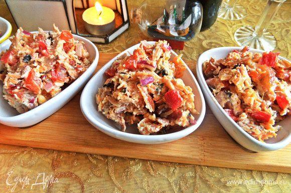 Дать салатику настоятся в холоде и потом разложить по мини порциям или разделить на две большие.
