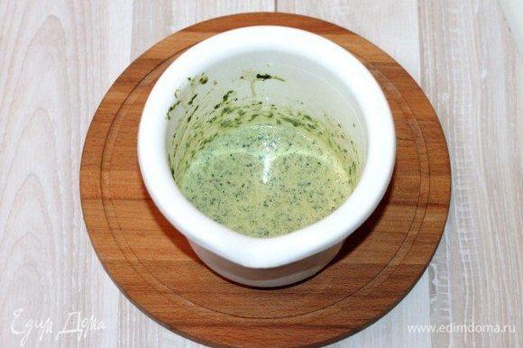 Добавляем в чашу блендера сметану, растительное масло и взбиваем миксером до однородной массы.