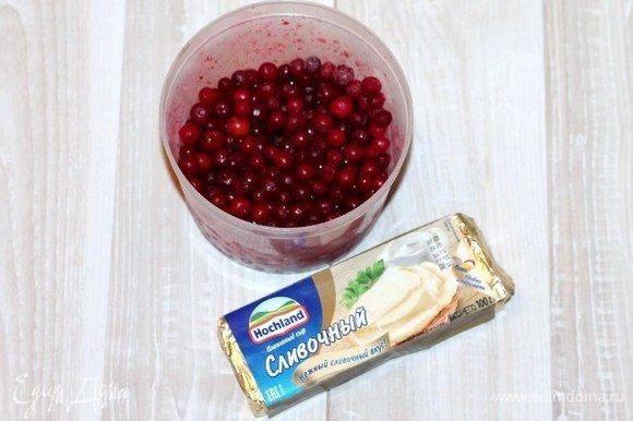 Приготовим крем для украшения закусочных пирожных. Кладем в чашу блендера плавленный сыр Hochland и бруснику, измельчаем блендером.