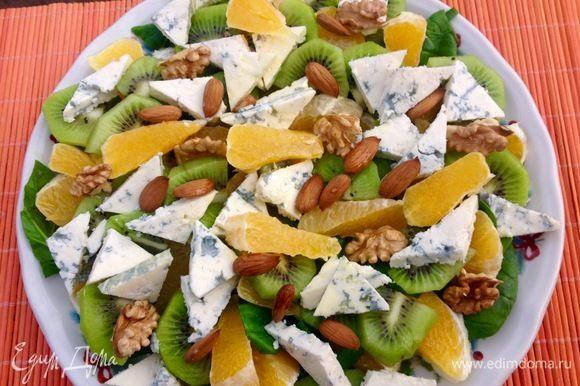 Два вида орехов слегка поджариваем на сухой сковороде и присыпаем ими салат.
