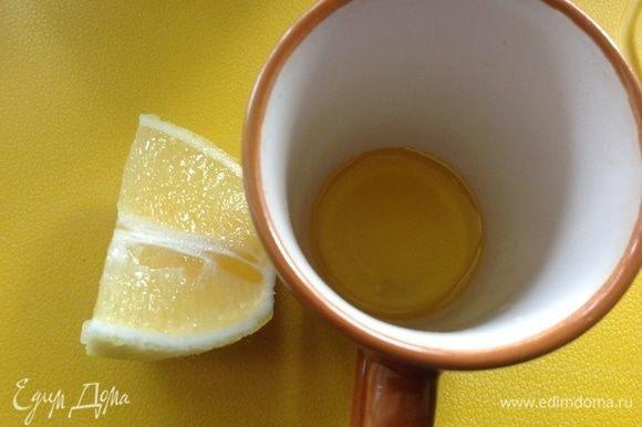 Для заправки смешиваем оливковое масло — 2 ст. л., сок лимона — 1 ст. л. и жидкий мед — 1 ч. л., заправляем этим салат. Приятного аппетита :)