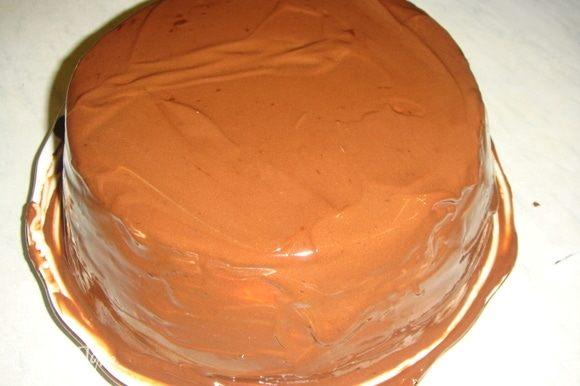 Шоколад мелко порубить, сложить в маленький сотейник, влить сливки и, постоянно помешивая, растопить шоколад. Полить охлажденный торт шоколадной глазурью и украсить по желанию.