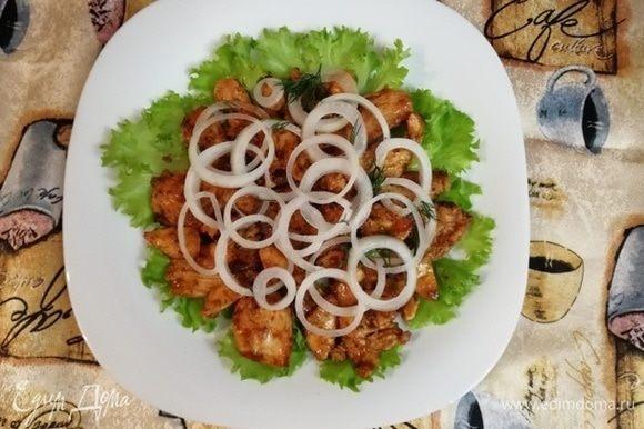 Салат укладывать слоями — листья салата, куриное филе и лук, выдержанный в маринаде.