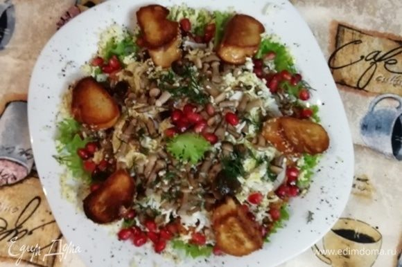 Украшаем салат зернами граната и зеленью. Я подала салат с тостами из домашнего багета. Приятного аппетита!