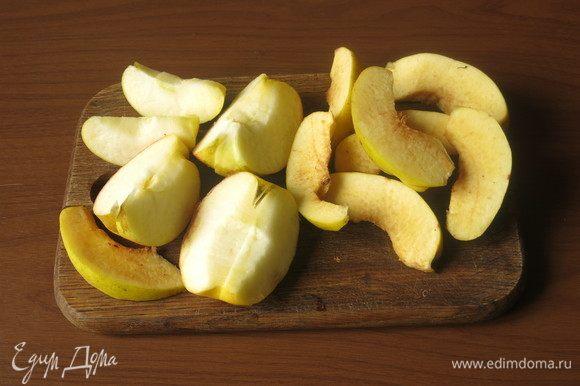 Готовим начинку: нарезаем яблоко и айву, косточки выбрасываем.