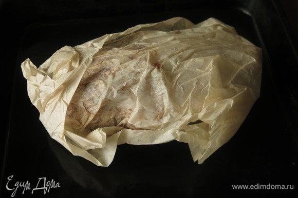 Укутываем птицу в пергамент, так шкурка не прилипнет к фольге.