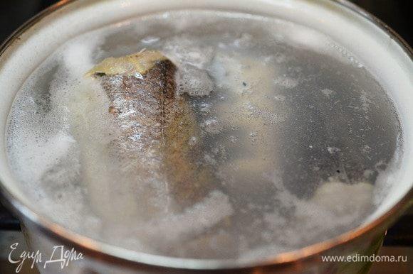 Рыбу зальем водой, добавим перец и лавровый лист. Доведем до кипения и варим на небольшом огне около 30 минут.
