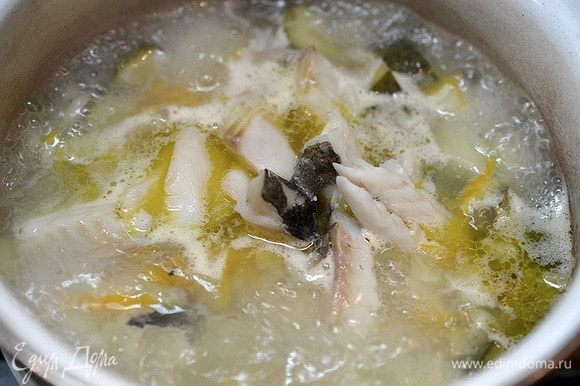 Затем бульон процедим, рыбу разберем на кусочке. Бульон на небольшой огонь. Кусочки рыбы вернем в бульон. Сюда же добавим копченый лосось.